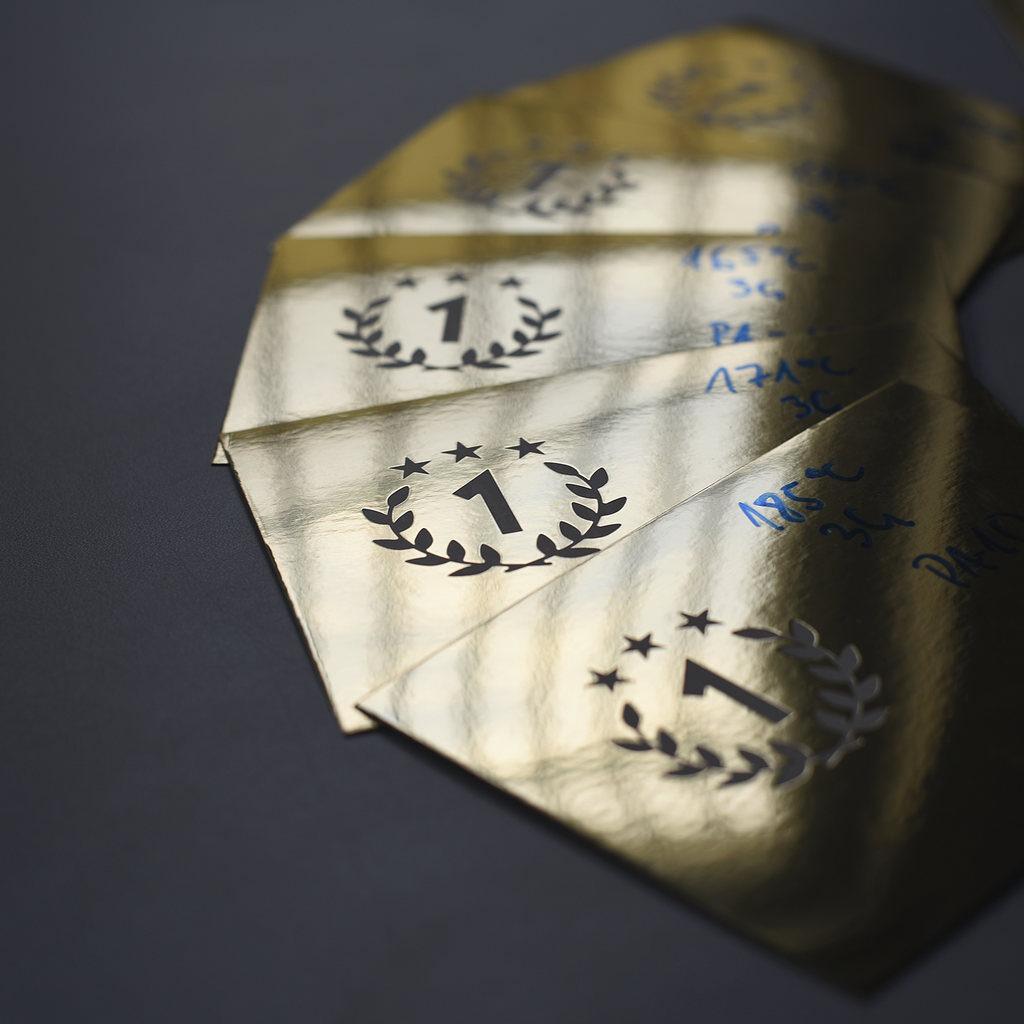 Biały hotprint na papierze ozdobnym Chromolux