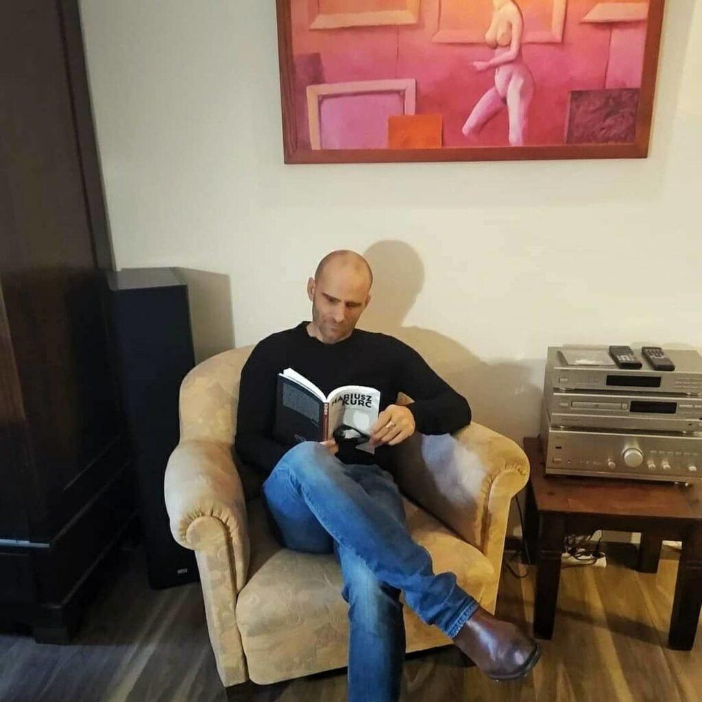 Mariusz Kurc podpisuje książki w biurze Wydawnictwa KAdruk
