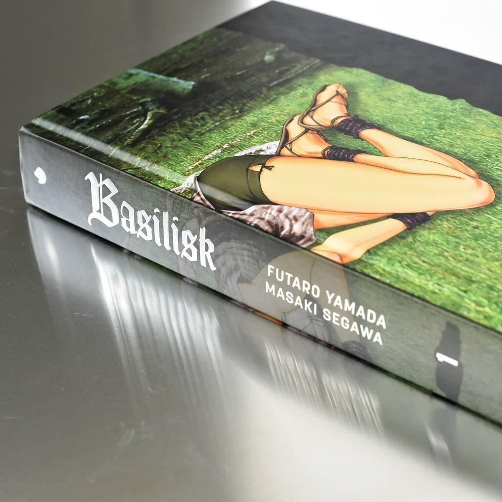 Zdjęcie komiksu Basilisk książka w oprawie twardej ze złoceniem na okładce