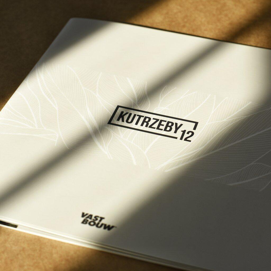Zdjęcie broszury z lakierem UV